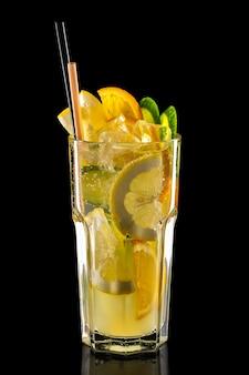 Verre de limonade glacée à la framboise, kiwi et citron isolé