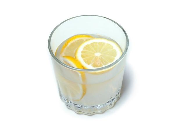 Verre de limonade isolé sur blanc