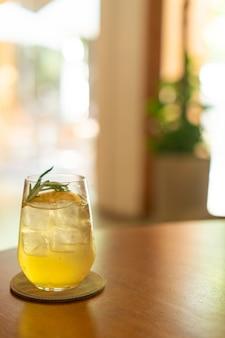 Verre de miel de citron glacé au romarin au café restaurant