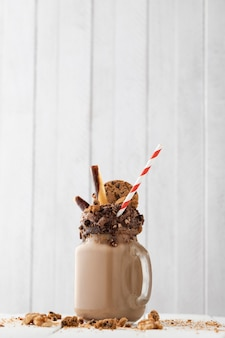 Verre de milk-shake au chocolat sur la table