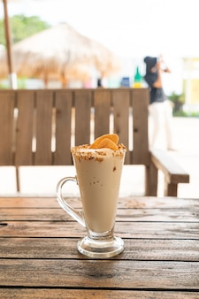 Verre de milkshake de smoothie de noix de café de caramel dans le café et le restaurant