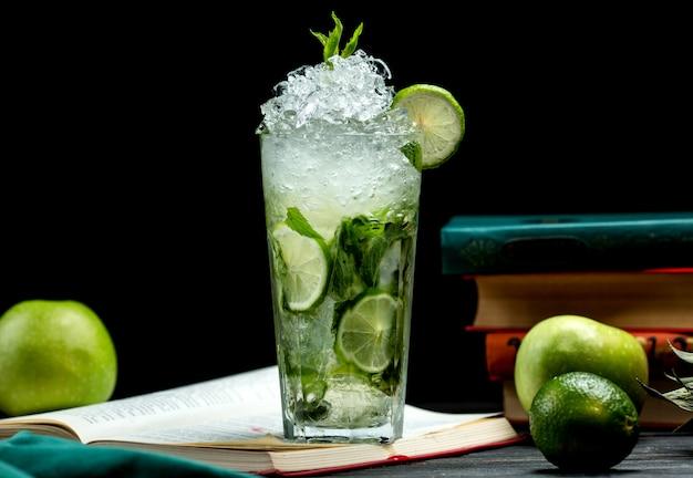 Verre de mojito au citron vert, menthe et glace