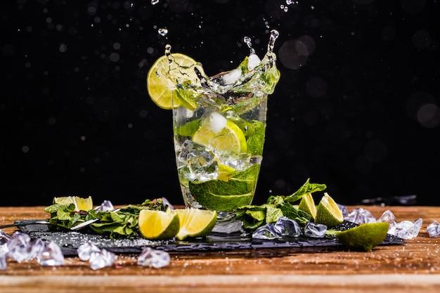 Verre avec mojito, citron vert, menthe