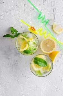 Verre de mojito froid, citron slised juteux et menthe