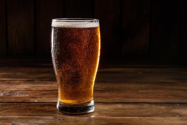 Verre plein avec de la bière blonde