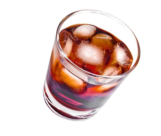Le verre pour l'alcool est isolé sur fond blanc