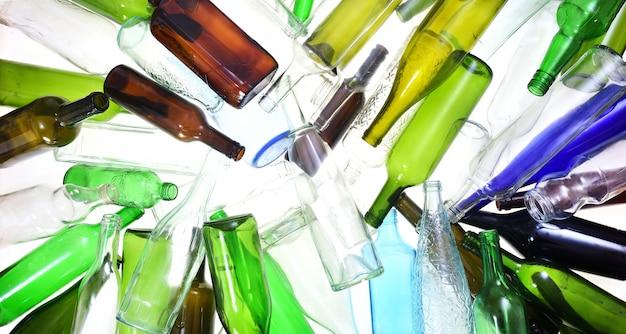 Verre de recyclage sur blanc
