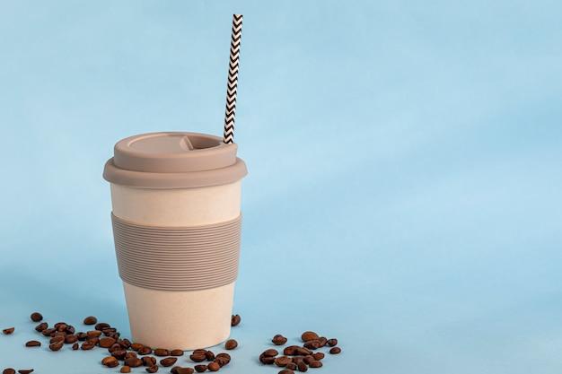Verre réutilisable fabriqué à partir de matériaux respectueux de l'environnement. vous pouvez boire des boissons chaudes et froides. café, thé, jus de pastèque et cocktails alcoolisés.