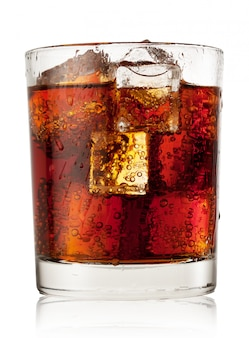 Verre rond de cola avec de la glace