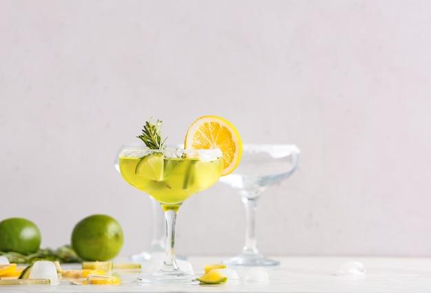 Verre de savoureux cocktail martini sur table