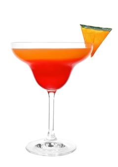 Verre de savoureux martini tarte à la citrouille sur fond blanc