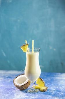 Verre de savoureux pina colada frozen cocktail traditionnel des caraïbes décoré par une tranche d'ananas