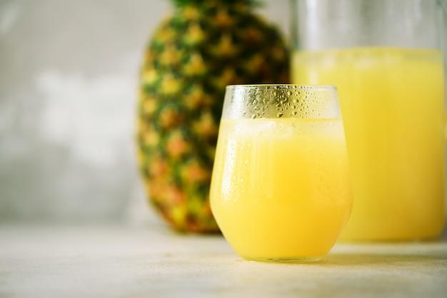 Verre de smoothie à l'ananas et de fruits entiers. été, concept de vacances. régime alimentaire cru, végétalien, végétarien et propre.
