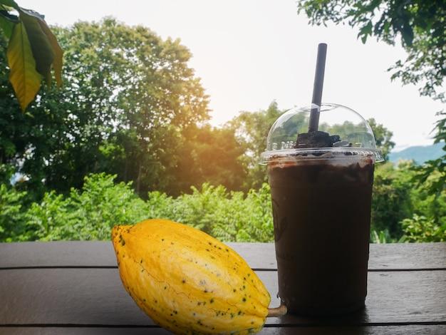 Verre de smoothie au cacao sur le plancher en bois