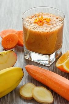 Verre de smoothie aux fruits et légumes
