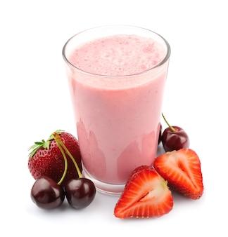 Verre de smoothie et baie de cerise et fraise isolé sur fond blanc.