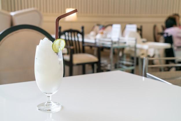 Verre de smoothie citron-lime frais dans un café et un restaurant