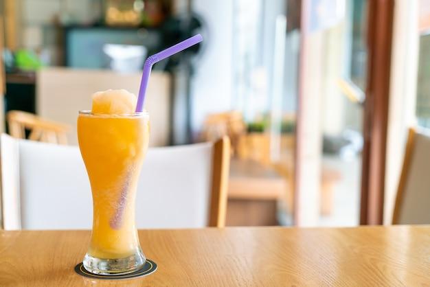 Verre à smoothie mélange de jus d'orange dans un café-restaurant