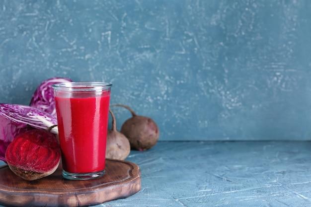 Verre de smoothie sain avec des légumes sur la surface de couleur