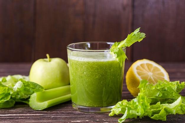 Verre à smoothie vert vue de face avec ingrédients