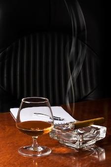 Verre snifter de cognac et de cigare