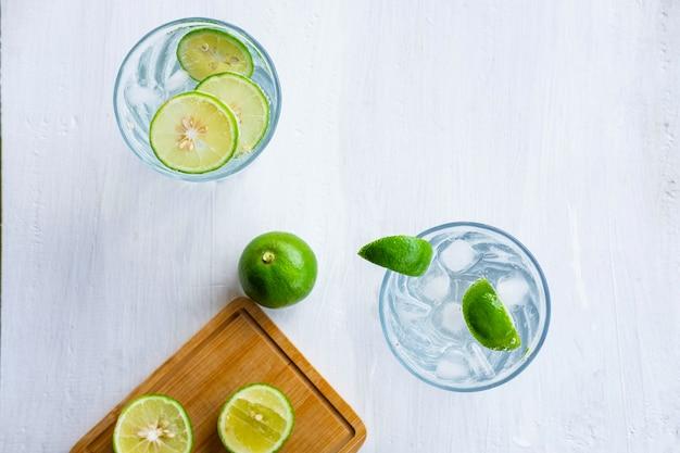 Un verre de soda au citron et de lime sur la table