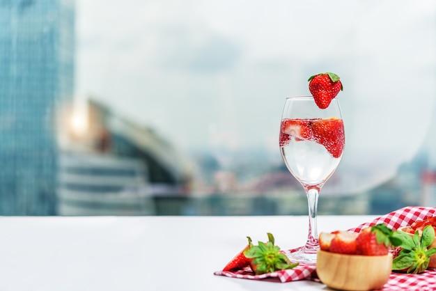 Verre de soda cocktail fraise sur table
