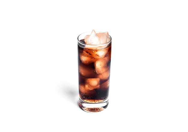 Verre de soda isolé sur blanc.