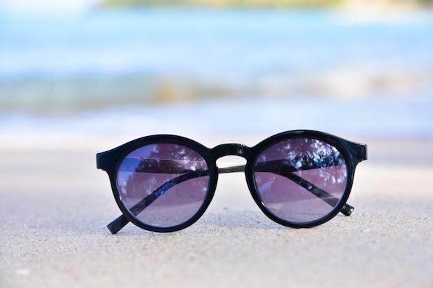 Verre de soleil est sur fond de vue mer plage, concept de vacances d'été