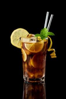 Verre de studio de cocktail de thé glacé frais de long island tourné sur fond noir