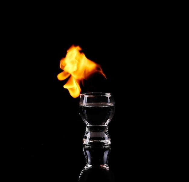 Verre de tequila et flammes