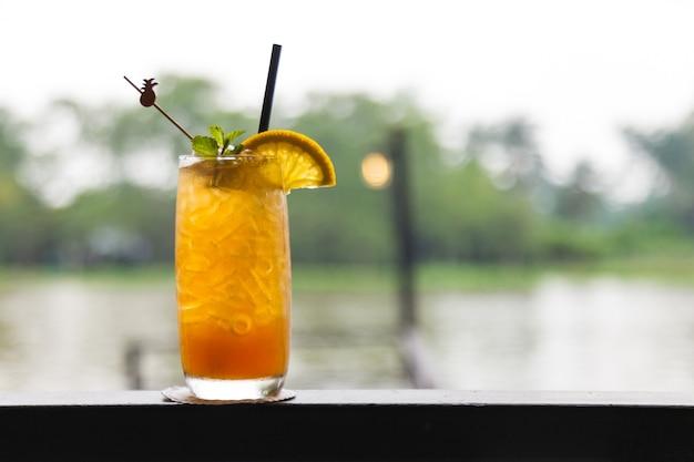 Un verre de thé au citron froid avec de la glace