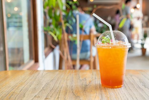 Verre à thé au citron glacé dans un café café et restaurant