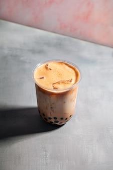Verre de thé au lait de bulles de perles de tapioca appétissants