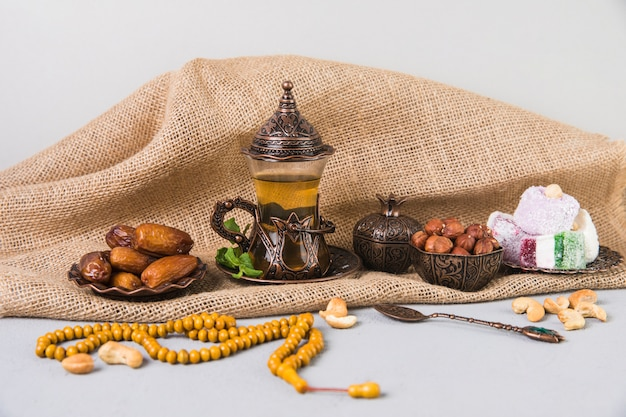 Verre à thé avec des bonbons et des perles orientales