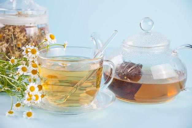 Verre de thé de camomille aux herbes saines. naturopathie. matricaria chamomilla.