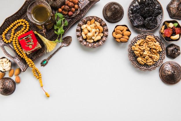 Verre à thé avec différentes noix et perles