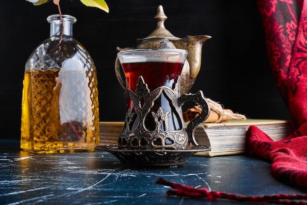 Un verre de thé earl grey sur une surface bleue.