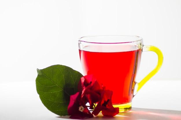 Verre de thé avec des fleurs