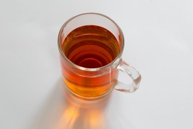 Verre de thé sur fond blanc