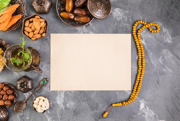 Verre à thé avec fruits de dattes, perles et papier