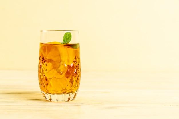 Verre de thé glacé au citron et feuille de menthe