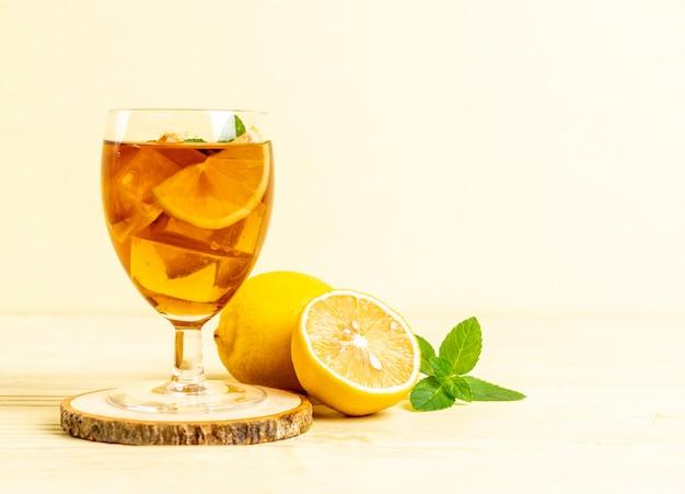 Verre de thé glacé au citron et feuilles de menthe