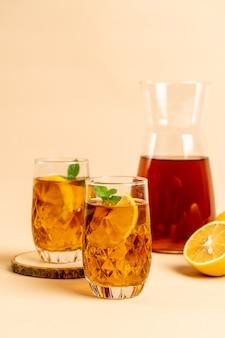 Verre de thé glacé au citron et à la menthe