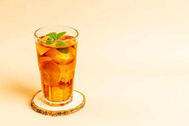 Verre de thé glacé au citron