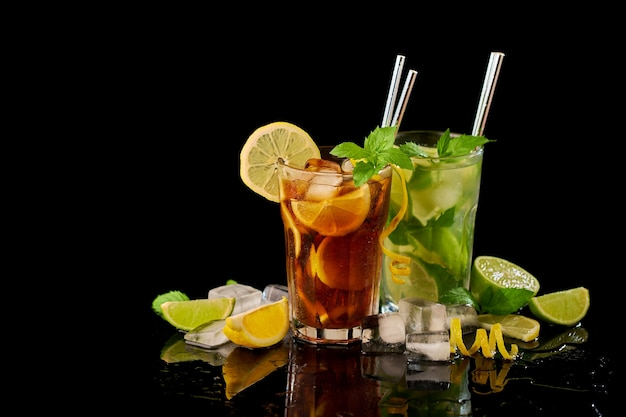 Verre de thé glacé frais de long island et studio de cocktail mojito tourné sur fond noir