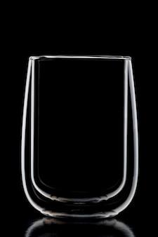 Verre transparent avec double verre sur fond noir