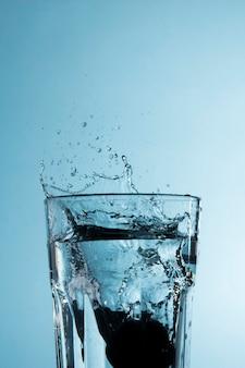 Verre transparent avec éclaboussures d'eau