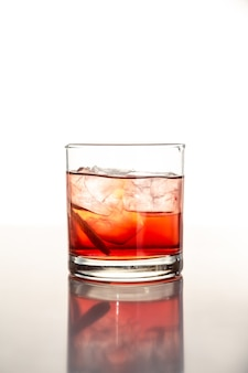 Verre transparent rempli d'alcool