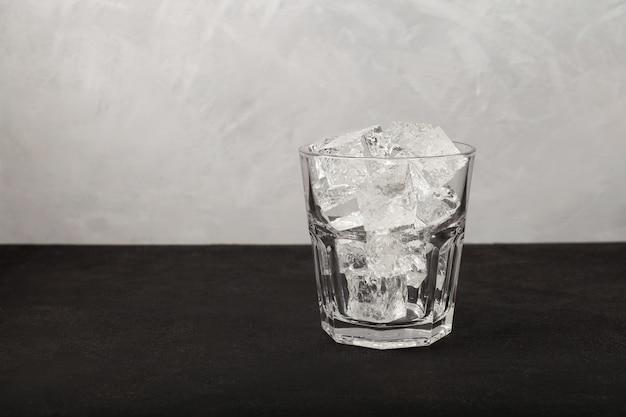 Verre transparent rempli jusqu'au sommet de glace d'eau de source pure